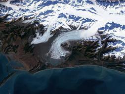Glaciar Bering, Alaska. Es, con sus más de tres mil kilómetros cuadrados de hielo y sus doscientos km de largo, el mayor glaciar de Norteamérica. Y ello a pesar de que durante las últimas décadas no ha hecho más que retroceder y perder metros enteros de espesor. Los geólogos creen que el adelgazamiento de los glaciares de Alaska, como el Bering, está reduciendo mucho la presión sobre los bordes de las placas tectónicas que tienen debajo, lo cual se traduce en un aumento de terremotos en la región.