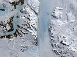 Glaciar Byrd, Antártida. Está muy cerca de la célebre base de McMurdo, y se desplaza rápidamente hacia la plataforma Ross (a la velocidad de casi un km cada año), alimentándola continuamente de hielo. Es uno de los pocos glaciares que aún son capaces de mostrar todo su esplendor.