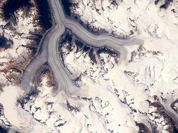 Campo de hielo de Ha-Iltzuk, Columbia británica. Se trata de 2.300 km cuadrados de hielo al sur de la Columbia británica, en Canadá. Una vez más, se trata de una imagen tomada desde la Estación Espacial Internacional. En ella se aprecia cómo las lenguas de hielo rellenan los valles nevados. Desde arriba, parece un gran río alimentdo por varios afluentes.