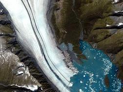 Glaciar del Oso, Alaska. Para terminar, el espectáculo inigualable de la formación, en directo, de un lago en las estribaciones de un glaciar. Hace algunos años, el lago estaba a varios km de distancia del glaciar, pero en su avance terminó por atraparlo. El color azul turquesa del agua se debe a la aportación de materiales al lago original.