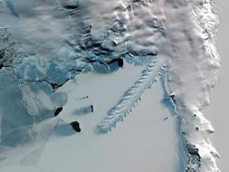 Lengua helada de Erebus, Antártida. Debe el nombre a su alargada forma, que se proyecta a lo largo de más de diez km a los pies del monte Erebus, en la Antártida. En verano, cuando el resto del hielo marino se funde, la lengua de hielo sigue flotando en el agua sin derretirse. La continua acción de las olas contra sus lados esculpen sus curiosas formas y excavan cuevas de hielo de gran tamaño.