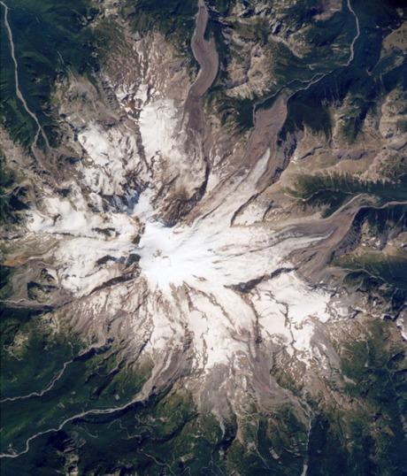 Monte Rainier, Washington. Con sus 4.392 metros de altura, el Rainier es uno de los mayores volcanes de Norteamérica. En su ladera este, alberga el Glaciar Emmons, que también es uno de los mayores del país. El volcán está activo y está considerado como el más pelgroso de los que hay en Estdos Unidos. Su última erupción se produjo en 1840 y si volviera a despertarse, todo el glaciar se fundiría provocando catastróficas inundaciones. La imagen fue tomada por los astronautas a bordo de la Estación Espacial.