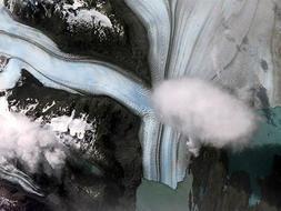 Glaciar Upsala, Patagonia Argentina.Es el tercer glaciar más grande de la Patagonia, con sus cerca de 500 km de campos de hielo. Sin embargo, su tamaño se reduce rápidamente y las diferencias son apreciables a simple vista al comparar las fotos de un año cualquiera con las obtenidas en años anteriores.